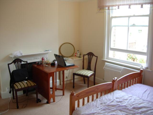책상과 커다란 창문